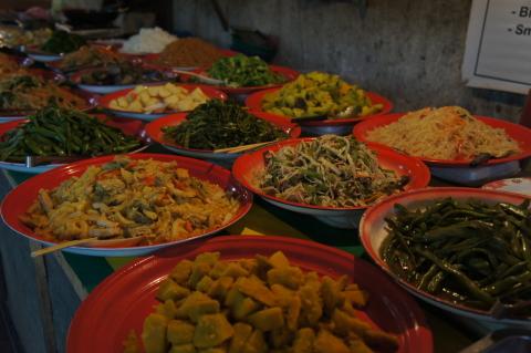 ラオスのローカルフード通りの食べ放題画像