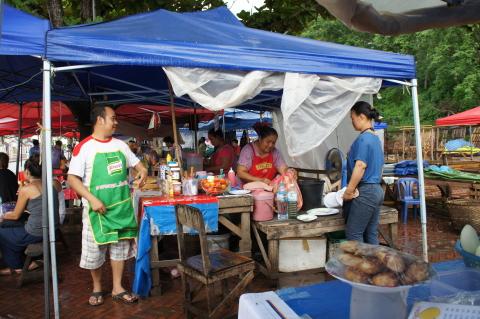 ラオスのモン市場のサンドウィッチ屋画像
