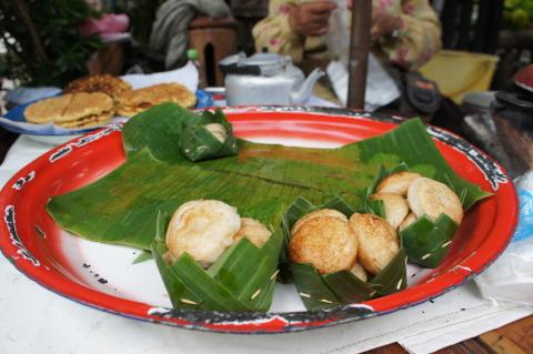朝市のつまみ食い画像~ココナッツ味のお菓子