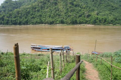 ラオス・ルアンパバーンのメコン川画像