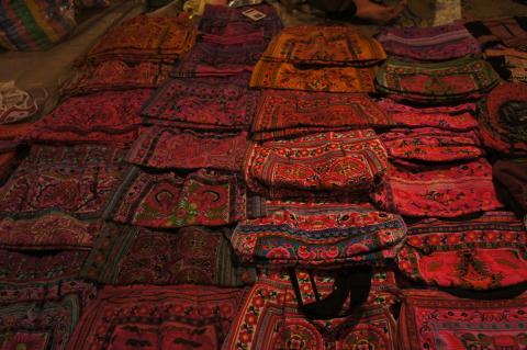 ラオスのいかにも民族っぽい感じの色と柄画像